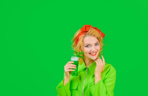 Día de san patricio trébol de pub el día de san patricio el día de san patricio mujer sonriente sostiene vidrio con verde