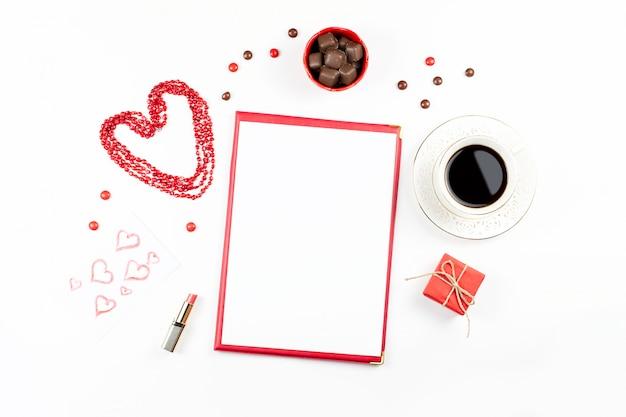 Día de san valentín con bebida de café, caja de regalo, dulces sobre fondo blanco.