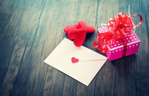 Día de san valentín caja de regalo rosa sobre de amor tarjeta de carta de san valentín con corazón rojo amor romántico