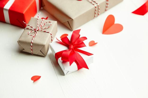 Día de san valentín cajas de regalo decoradas sobre fondo blanco de madera