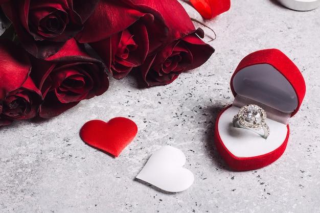 Día de san valentín cásate conmigo en la caja del anillo de compromiso de boda con un regalo de rosa roja