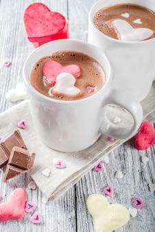 Día de san valentín chocolate caliente con corazones de malvavisco