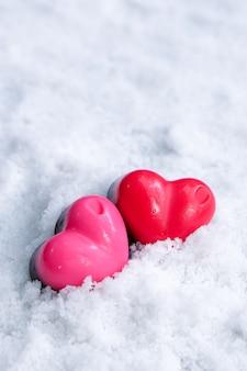 Día de san valentín chocolate corazones amante en la nieve.