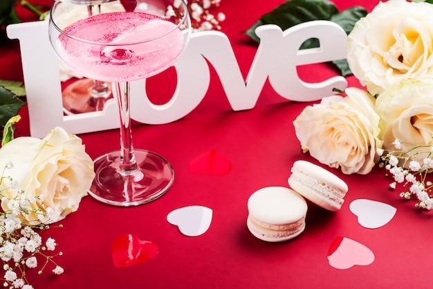 Día de san valentín cócteles rojos sobre rojo