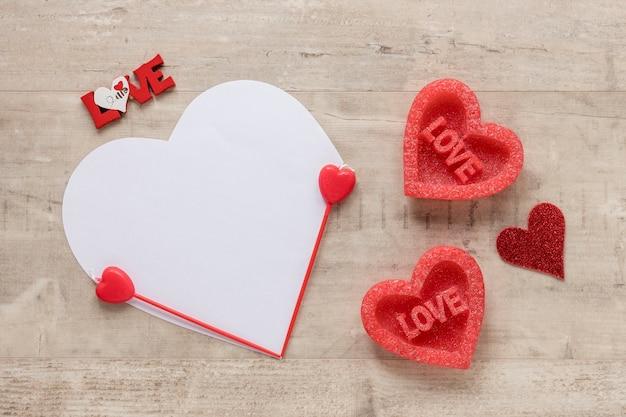 Día de san valentín corazón sobre fondo de madera