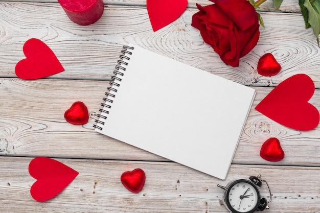 Día de san valentín. cuaderno en blanco vacío, caja de regalo, flores