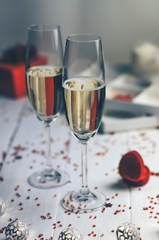 Día de san valentín: dos copas de champán, regalos y una caja para el anillo.