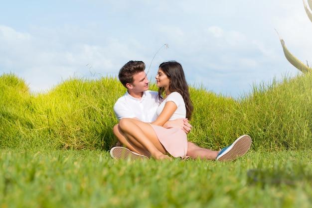 En el día de san valentín feliz pareja joven al aire libre abrazando