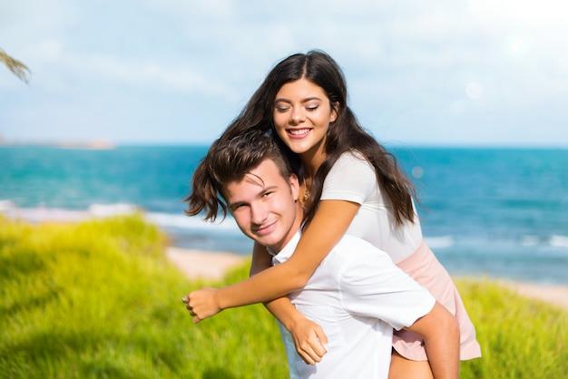 En el día de san valentín feliz pareja joven al aire libre