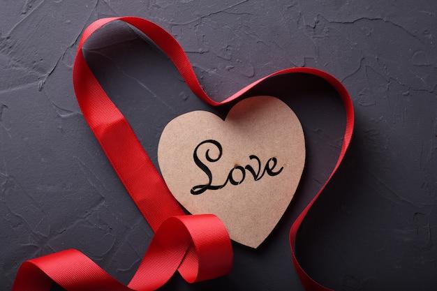 Día de san valentín fondo tarjeta de felicitación símbolos de amor, decoración roja con corazón sobre fondo de piedra. vista superior con espacio de copia y texto.