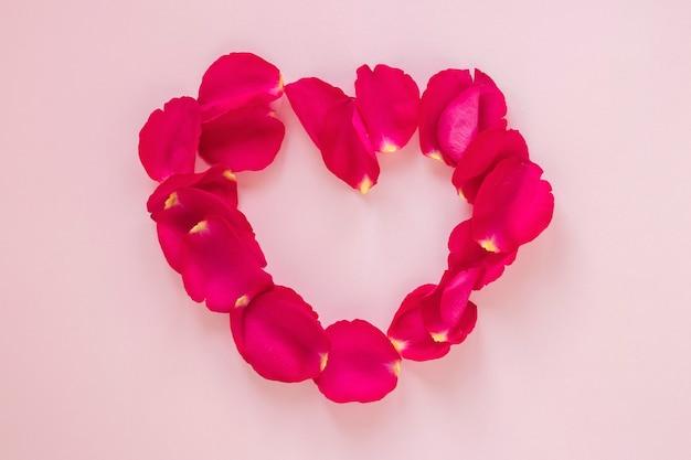 Día de san valentín en forma de corazón de pétalos de rosa