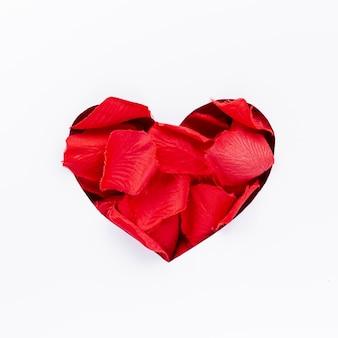 Día de san valentín en forma de corazón con pétalos de rosa