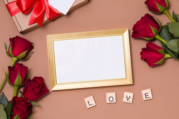 Día de san valentín, marco vacío, fondo desnudo, regalo, rosas rojas, corazones, mensaje