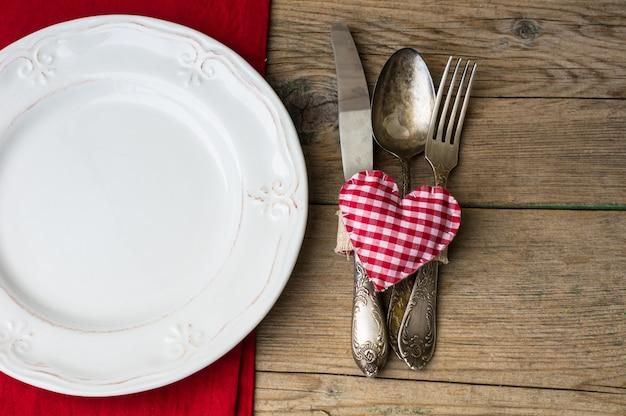 Día de san valentín con mesa y corazones