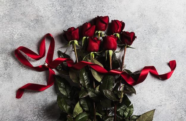 Día de san valentín mujer madres día rosa roja con cinta regalo de corazón sorpresa