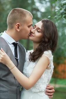 Día de san valentín, una pareja de enamorados abrazándose y besándose en el parque