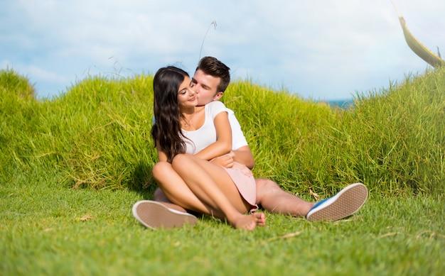En el día de san valentín pareja joven abrazando al aire libre