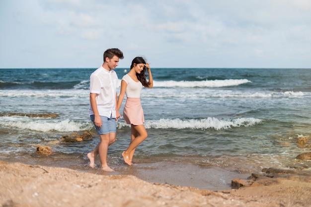 En el día de san valentín pareja joven al aire libre caminando