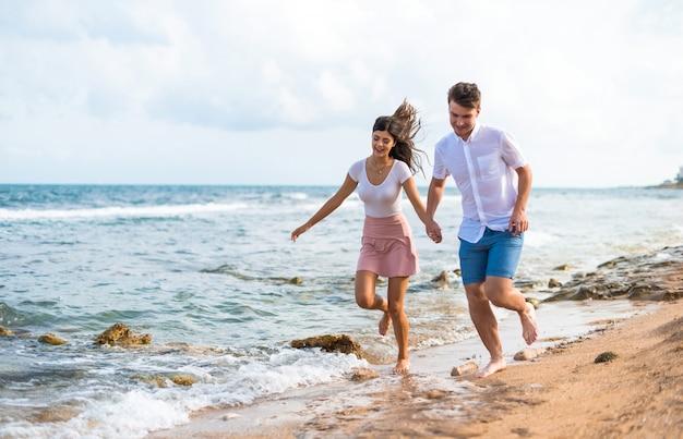 En el día de san valentín pareja joven al aire libre corriendo rápido