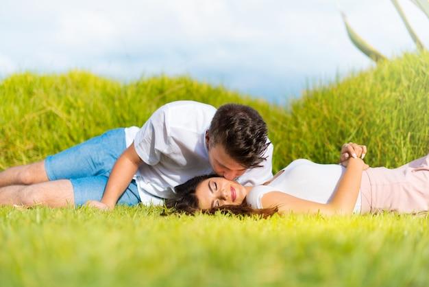 En el día de san valentín pareja joven al aire libre