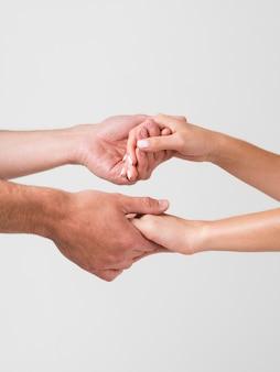 Día de san valentín pareja tomados de la mano