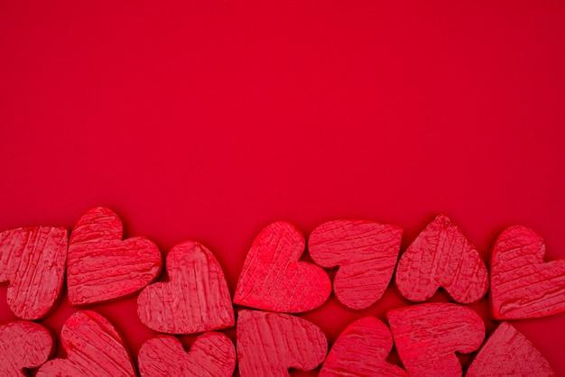 Día de san valentín rojo de la postal de los corazones.