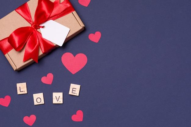 Día de san valentín romántico fondo negro, arco de etiqueta de regalo, presente, amor, corazones
