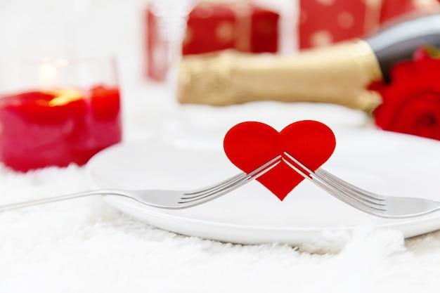 Día de san valentín. tarjeta de felicitación hermosa del fondo con una rosa. enfoque selectivo
