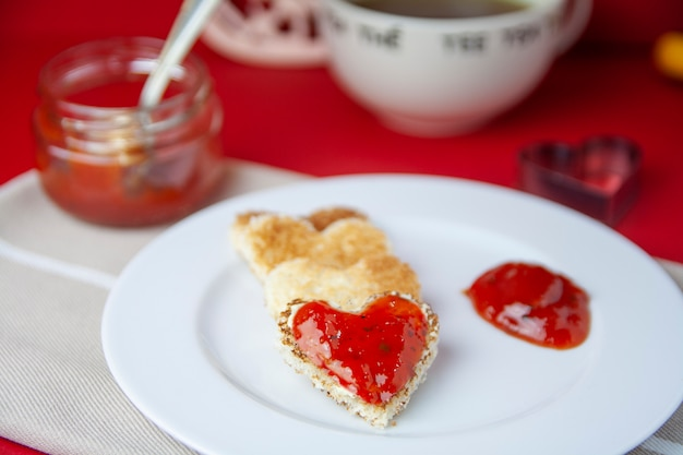 Día de san valentín tostada sobre fondo rojo