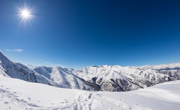Día soleado en cordillera nevada