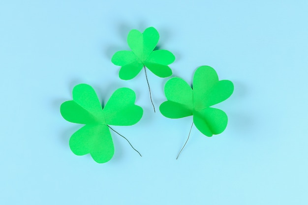 Día del st. patricks del trébol verde de diy en fondo azul.
