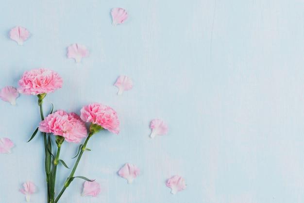 Día de tarjetas del día de san valentín y concepto del amor en fondo azul.