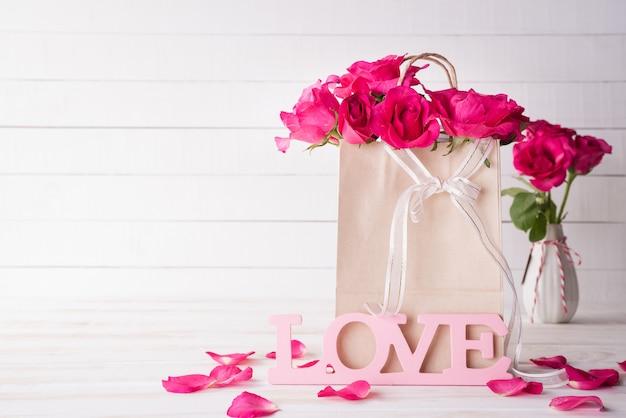 Día de tarjetas del día de san valentín y concepto del amor en fondo de madera.