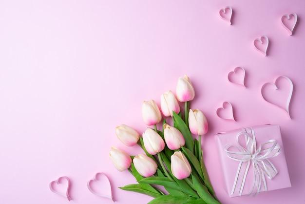 Día de tarjetas del día de san valentín y concepto del amor en fondo rosado.
