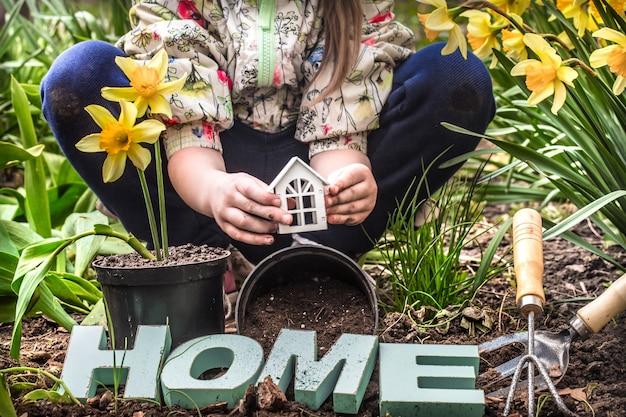 Día de la tierra. el niño en el jardín
