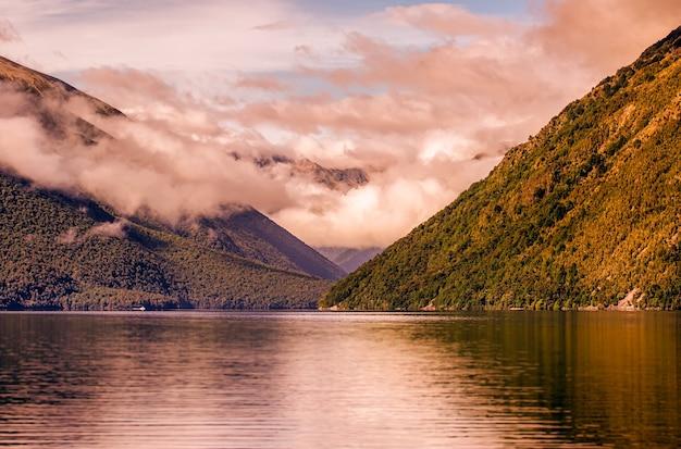 Día tormentoso sobre el lago en mal tiempo nublado en nelson nueva zelanda