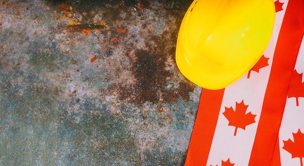 Día del trabajo con bandera canadiense y casco amarillo