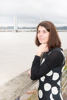 Día del turismo mujer en burdeos francia lookong río garona y puente