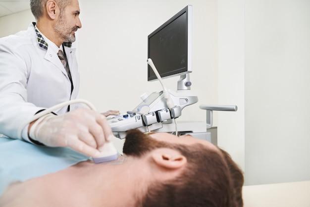 Diagnóstico por ultrasonido de los ganglios linfáticos del cuello.