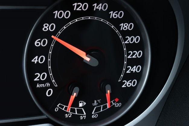 Dial del velocímetro del coche con el primer plano retroiluminado rojo