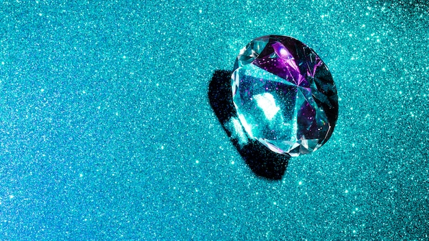 Diamante de cristal sobre fondo brillante turquesa brillante
