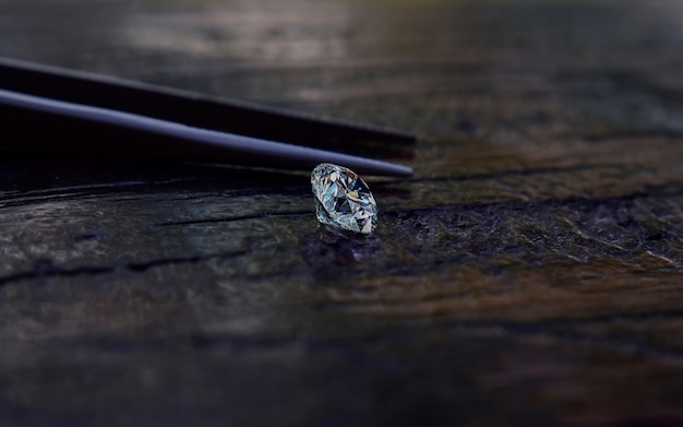 Los diamantes seleccionados son claros y limpios. hermosa en el piso de madera