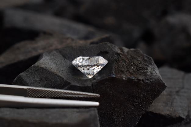 Los diamantes son caros y raros para la fabricación de joyas.