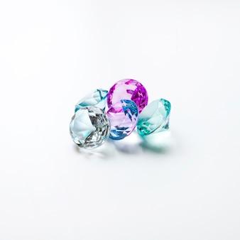 Diamantes transparentes coloridos aislados sobre fondo blanco