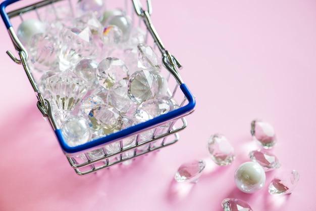Diamantes de vidrio en una cesta de compras