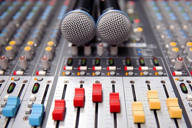 Diapositiva de volumen de primer plano del mezclador de sonido digital en el estudio para grabación.