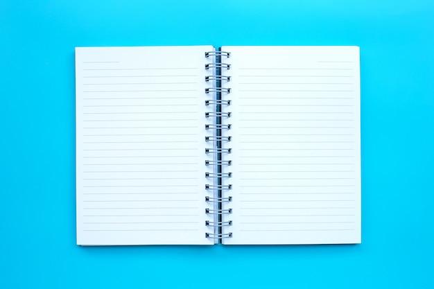 Diario abierto sobre fondo azul.