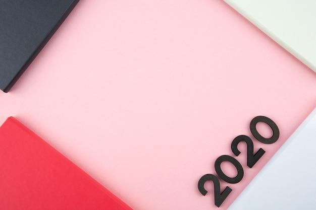 Diario de año nuevo 2020 sobre fondo rosa