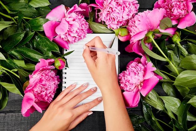 Diario de escritura de mano de mujer