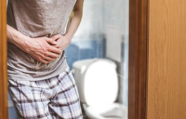 Diarrea. dolor abdominal. el hombre en el baño.